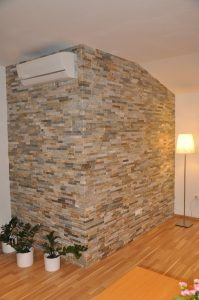 Polaganje dekorativnega kamna na steno